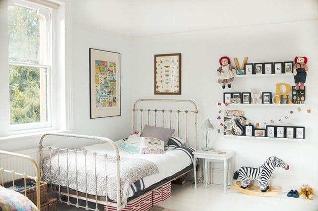 8. Một phòng ngủ trắng sáng và vui tươi là một khung cảnh tuyệt vời cho các bé. Giường sắt rất bắt mắt chính là yếu tố hiệu quả trong việc xác định phong cách của phòng ngủ. Nếu không có nó, phòng ngủ sẽ không mang theo một năng lượng sống dồi dào như thế này.