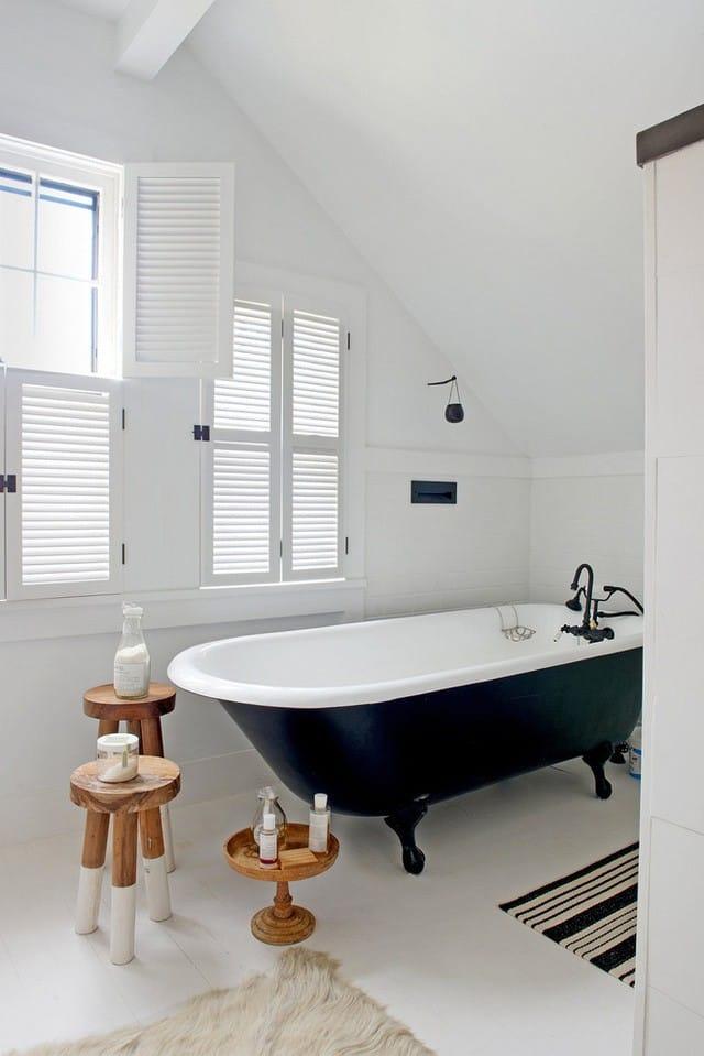 8. Vì diện tích không mấy dư giả mà phong cách tối giản luôn được vận dụng vào thiết kế nhà tắm gác mái.