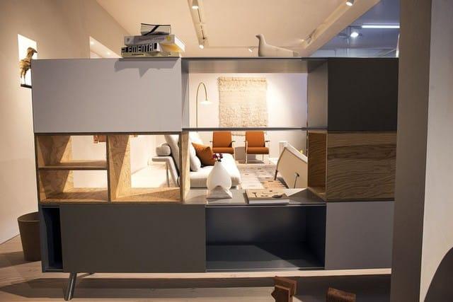 Kệ gỗ kết hợp với cách thiết kế hiện đại để tạo ra một giá sách độc đáo.