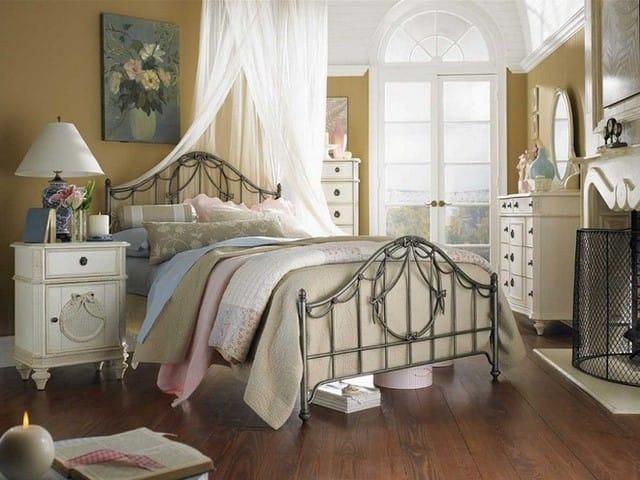 9. Tầng lửng là vẻ đẹp hiếm có nếu bạn đặt giường ngủ của con mình tại đây. Được ghép với bức tường màu nâu sẫm, đồ nội thất cổ điển, sang trọng tạo ra một bầu không khí mơ màng hoàn hảo cho những đứa trẻ yêu thích sự mơ mộng.