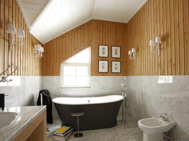 9. Căn phòng tắm trông vừa ấm cúng vừa hiện đại nhờ sự kết hợp 2 chất liệu gỗ tự nhiên và đá cẩm thạch.