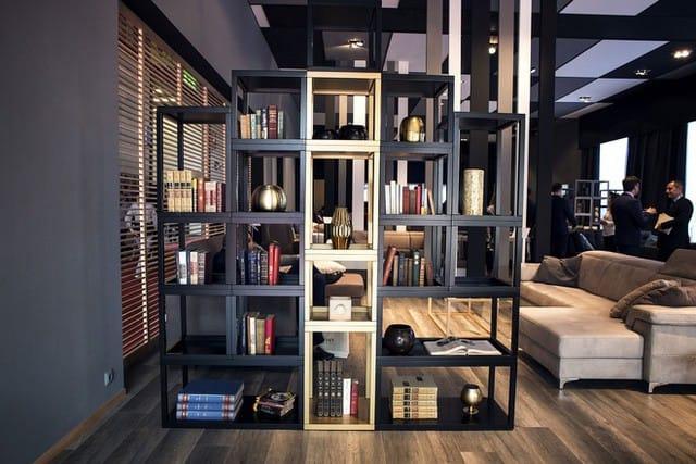 Tạo bộ phận phân chia phòng của riêng bạn với một giá giá để sách mở.
