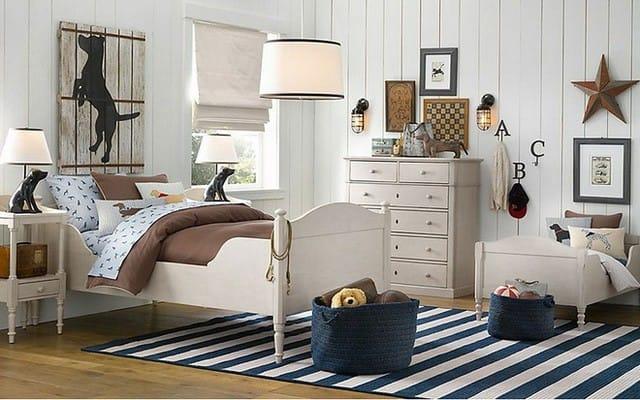10. Phòng ngủ này kết hợp sự quyến rũ của nội thất ven biển với sự tĩnh lặng của đồ gỗ cổ điển. Màu xanh và màu be bóng tạo ra một không khí yên bình và ổn định.