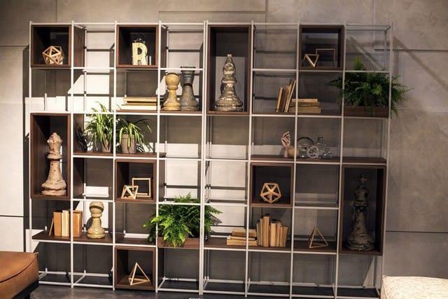Khung kim loại cùng với các hộp gỗ để tạo ra một kệ để sách không thể bắt chước