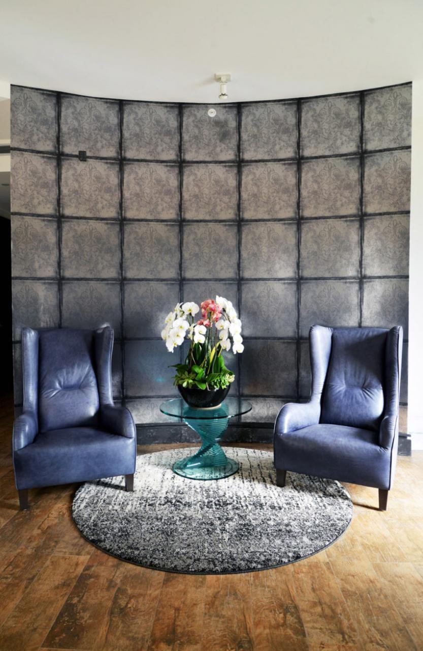 Khu vực nghỉ ngơi với hai ghế bành có chất liệu mềm mại như nhung, lót bông ấm áp đem lại cảm giác thư giãn.