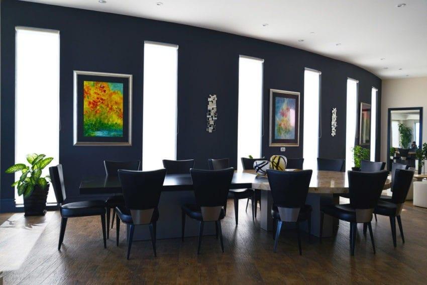 Phòng ăn thiết kế mở, rộng rãi và tươi sáng, kết hợp một ghế ăn tựa lưng kiểu truyền thống. Điểm nhấn màu đen chưa bao giờ là lỗi thời, đặc biệt, khi lựa chọn màu đen cho những món đồ gỗ phòng bếp làm nổi bật không gian đậm chất cổ điển