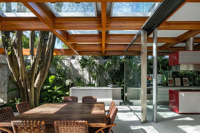 Trần nhà được mở rộng hơn để cây phát triển và xuyên qua mà không ảnh hưởng đến kiến trúc tòa nhà.