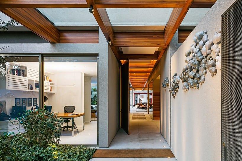 Các không gian trong nhà được mở rộng để kết nối với không gian thiên nhiên bên ngoài.