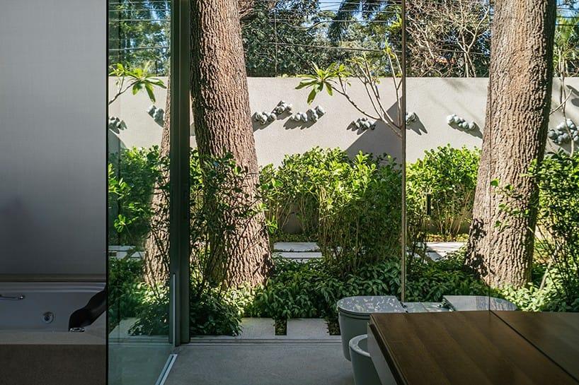 Các cây xanh được bố trí rải rác ở khắp các không gian trong nhà.