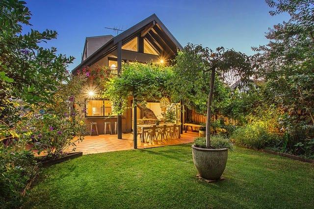 Mặt trước của ngôi nhà vô cùng thoáng mát và rợp bóng cây xanh.