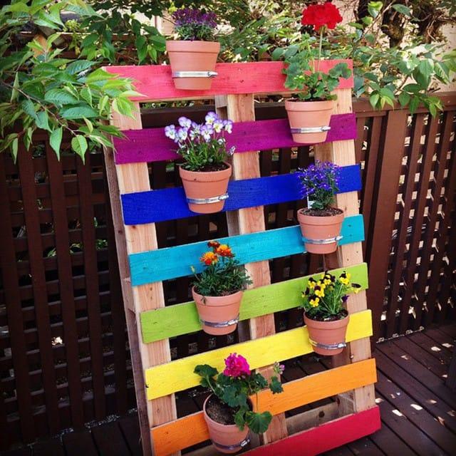 Hiển nhiên việc lựa chọn sơn thêm màu là ý tưởng hoàn toàn tuyệt vời cho khu vườn theo chiều dọc của bạn. Nếu bạn có kế hoạch sử dụng gỗ pallet cho dự án này, bạn có thể sơn chúng theo màu sắc khác nhau, mỗi màu cho một tấm gỗ để trông chúng thật sặc sỡ và nổi bật. Sau khi sơn màu xong, thì có thể đóng thêm thanh kim loại mỏng đễ giữ chậu, giai đoạn này bạn sẽ cần đến kẹp, bu-lông và khoan.