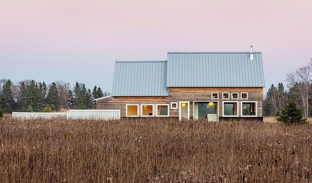 Những ô cửa tạo vẻ đẹp sinh động, bắt mắt đầy ấn tượng cho ngôi nhà cấp 4 khi nhìn từ bên ngoài.