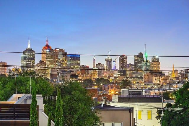 Ở vị trí này, bạn hoàn toàn có thể ngắm đường chân trời Melbourne lấp lánh từ ngôi nhà được cải tạo từ nhà kho trên đường Glasshouse.