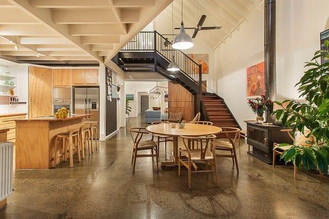Khu vực ăn uống và nhà bếp của nhà kho được cải tạo chính với gỗ.