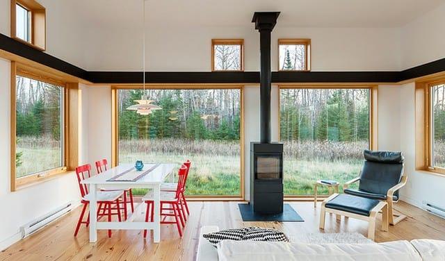 Những ô cửa kính trong suốt có thể nhìn xuyên ra không gian thiên nhiên bên ngoài.