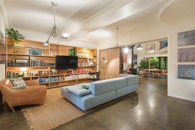 Sự sắp xếp thông minh của sách tạo thêm màu sắc và quyến rũ cho phòng khách.