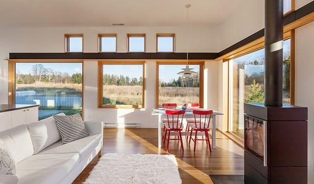 Góc ăn uống được bố trí cạnh những khung cửa sổ hình vuông cao và rộng, ngập tràn ánh sáng tự nhiên và gió trời.