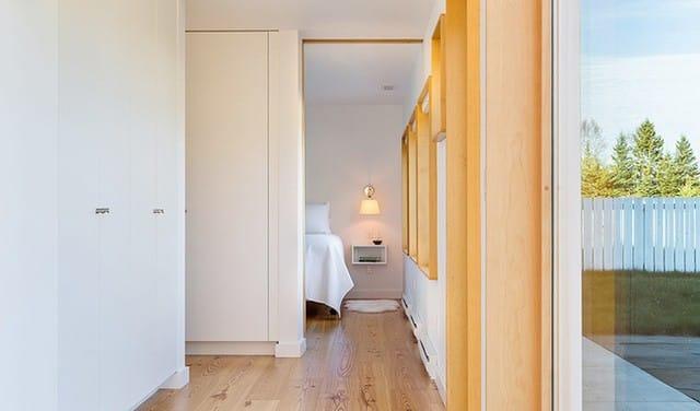 Dọc theo lối đi từ phòng khách đến phòng ngủ, nơi được bố trí khu vực chức năng cần thiết với nội thất đơn giản. Từ phòng ngủ có thể nhìn ra không gian đẹp lãng mạn và rộng rãi bên ngoài.