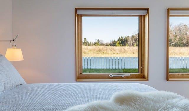 Những chiếc giường ngủ hay đèn ngủ được bố trí sát tường với gam màu trắng, giúp cho khung cửa và sàn nhà màu gỗ trở thành điểm nhấn thanh lịch, ấm cúng, tự nhiên.