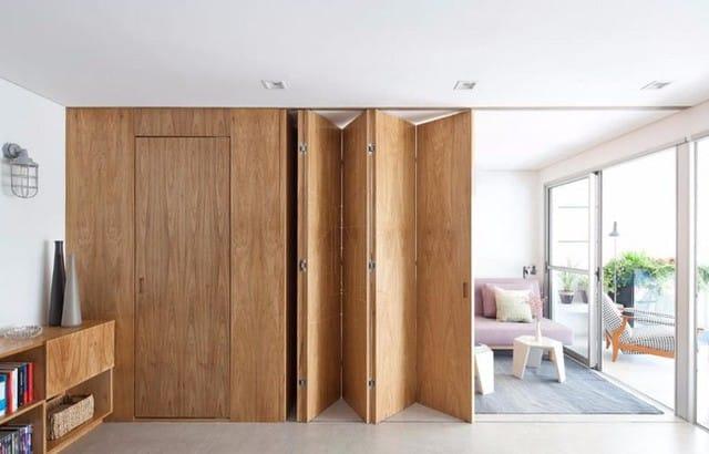 Căn hộ vừa linh hoạt lại hiện đại này được thiết kế riêng cho một cặp vợ chồng trẻ với điểm nhấn là chiếc cửa gỗ kéo ngăn cách không gian.