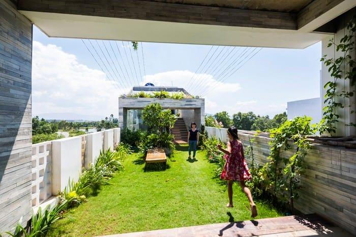 Căn nhà Việt gây ngỡ ngàng vì có công viên tuyệt đẹp trên sân thượng và ngay giữa nhà - 2