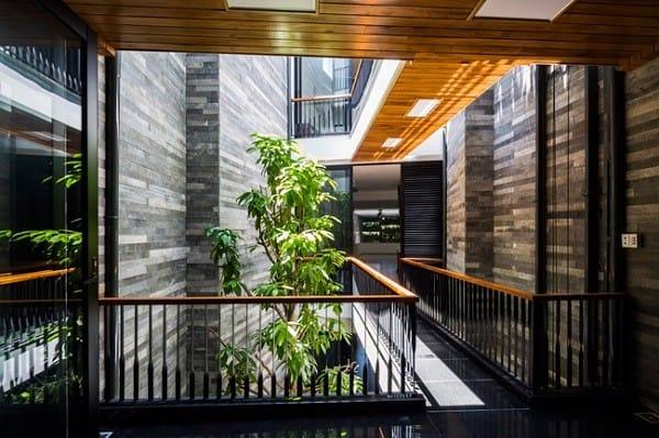 Nhà ống 4 tầng mà đẹp như resort nhờ cây xanh mọc khắp nhà - 13