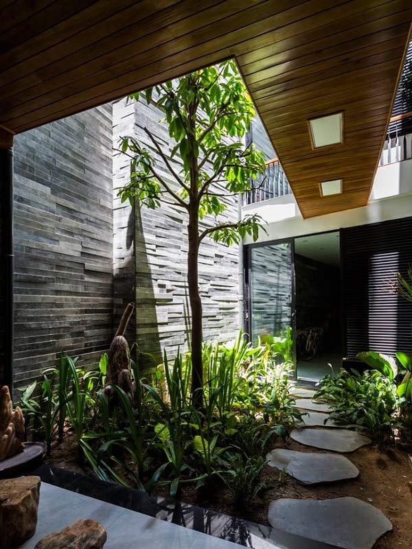 Nhà ống 4 tầng mà đẹp như resort nhờ cây xanh mọc khắp nhà - 3