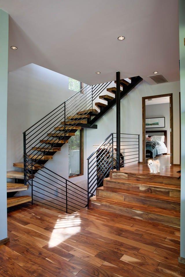 Khu vực này cũng được kết hợp giữa gỗ và thép giống như phía bên ngoài của ngôi nhà. Cầu thang thiết kế khá phức tạp và hắc chắn.