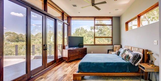 Và đây là phòng ngủ. Một căn phòng rất mộc mạc vì hầu hết các thiết bị đều làm bằng gỗ. Phòng ngủ có lối dẫn trực tiếp đến ban công, nơi có thể ngắm nhìn được khung cảnh xung quanh.