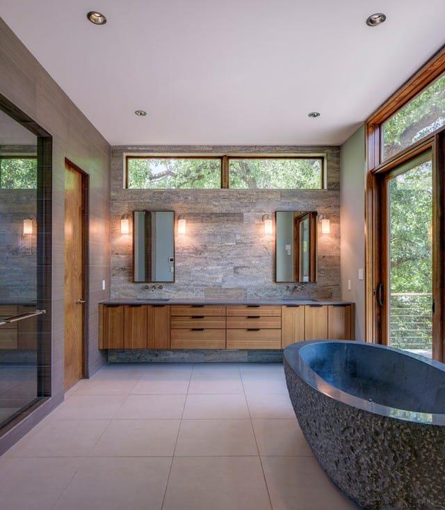Phòng tắm rộng rãi với nhiều chi tiết được làm bằng gỗ. Điểm nổi bật của phòng tắm này là bồn tắm có kết cấu độc đáo. Cửa sổ xung quanh mang lại ánh sáng tự nhiên cho toàn bộ căn phòng.