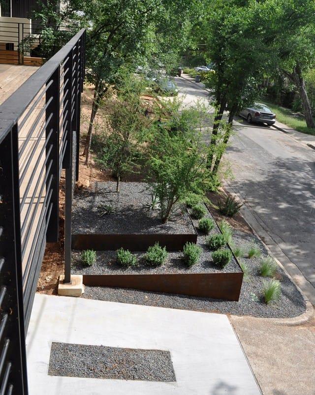 Sử dụng những thanh thép chắc chắn làm hàng rào bao quanh toàn bộ ngôi nhà.