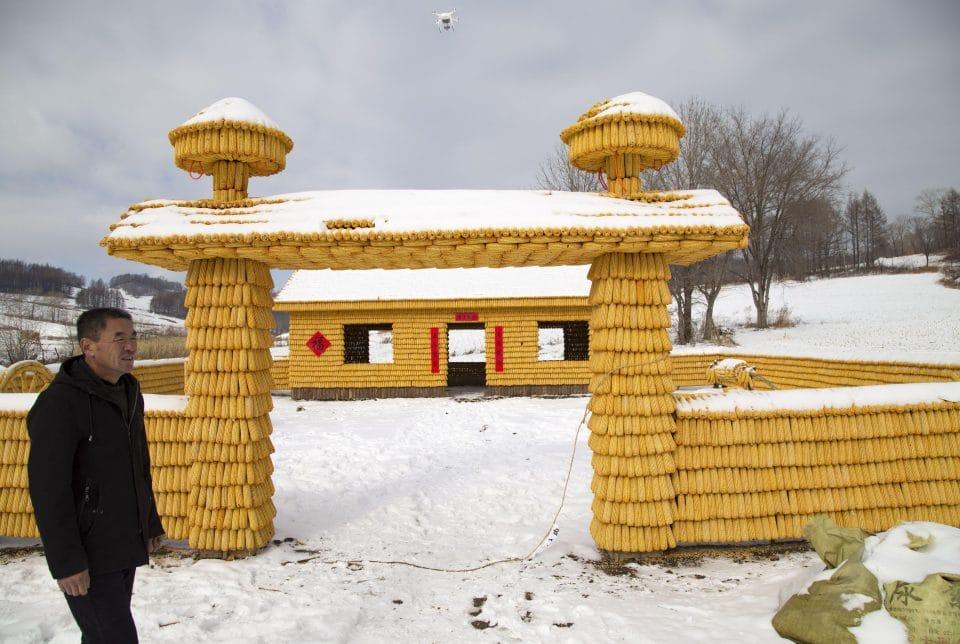 """Lão nông tự bỏ tiền xây nhà từ 30.000 bắp ngô vàng óng khiến dân tình """"choáng váng"""" - 2"""