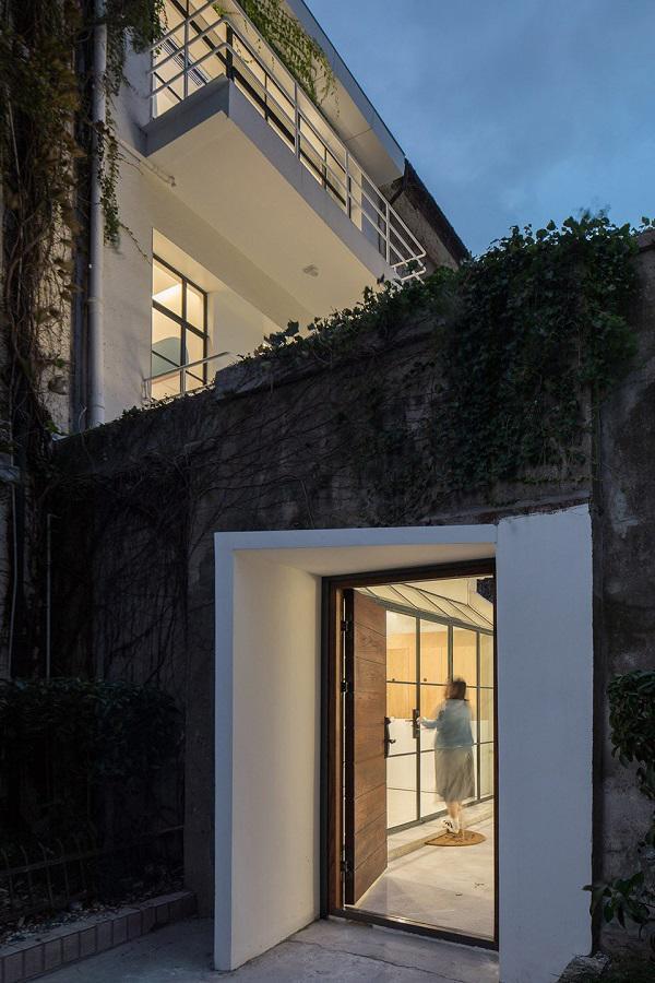 """Ngỡ ngàng nhà 3 tầng trắng muốt đẹp như tranh """"nổi bần bật"""" giữa dãy phố cổ kính - 2"""