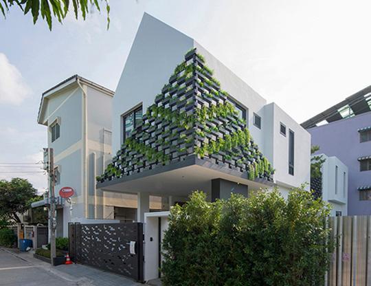 """Căn nhà 2 tầng nằm sâu trong ngõ nhỏ nhưng vẫn """"nổi bần bật"""" nhờ thiết kế khác lạ - 1"""