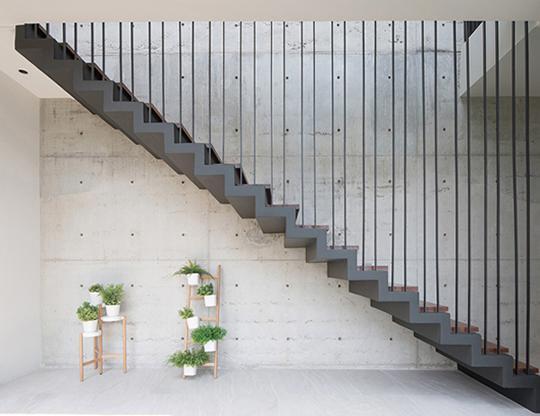 """Căn nhà 2 tầng nằm sâu trong ngõ nhỏ nhưng vẫn """"nổi bần bật"""" nhờ thiết kế khác lạ - 2"""