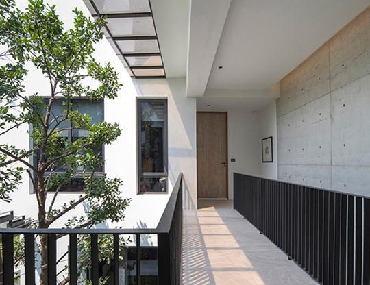 """Căn nhà 2 tầng nằm sâu trong ngõ nhỏ nhưng vẫn """"nổi bần bật"""" nhờ thiết kế khác lạ - 5"""