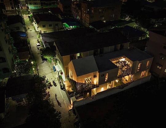 """Căn nhà 2 tầng nằm sâu trong ngõ nhỏ nhưng vẫn """"nổi bần bật"""" nhờ thiết kế khác lạ - 8"""