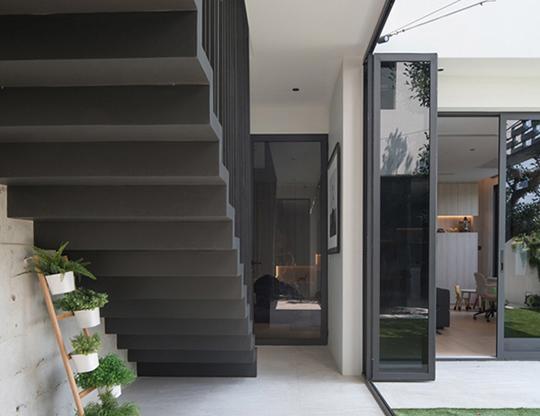 """Căn nhà 2 tầng nằm sâu trong ngõ nhỏ nhưng vẫn """"nổi bần bật"""" nhờ thiết kế khác lạ - 14"""
