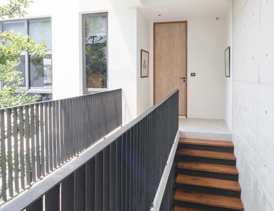 """Căn nhà 2 tầng nằm sâu trong ngõ nhỏ nhưng vẫn """"nổi bần bật"""" nhờ thiết kế khác lạ - 16"""
