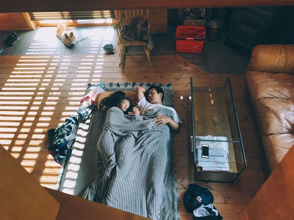 Bỏ phố về quê, gia đình 4 người hạnh phúc trong căn nhà gỗ đẹp như mơ ngay sát biển - 8