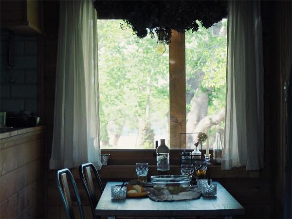 Bỏ phố về quê, gia đình 4 người hạnh phúc trong căn nhà gỗ đẹp như mơ ngay sát biển - 11