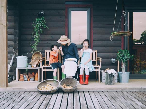 Bỏ phố về quê, gia đình 4 người hạnh phúc trong căn nhà gỗ đẹp như mơ ngay sát biển - 1