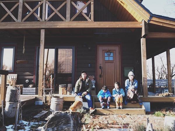 Bỏ phố về quê, gia đình 4 người hạnh phúc trong căn nhà gỗ đẹp như mơ ngay sát biển - 2