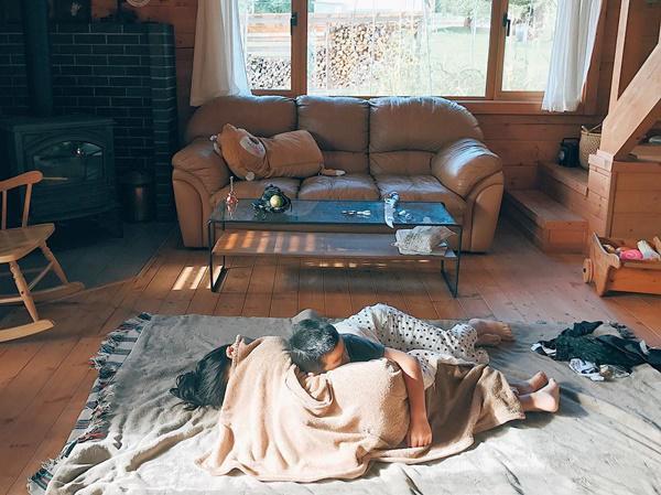 Bỏ phố về quê, gia đình 4 người hạnh phúc trong căn nhà gỗ đẹp như mơ ngay sát biển - 5