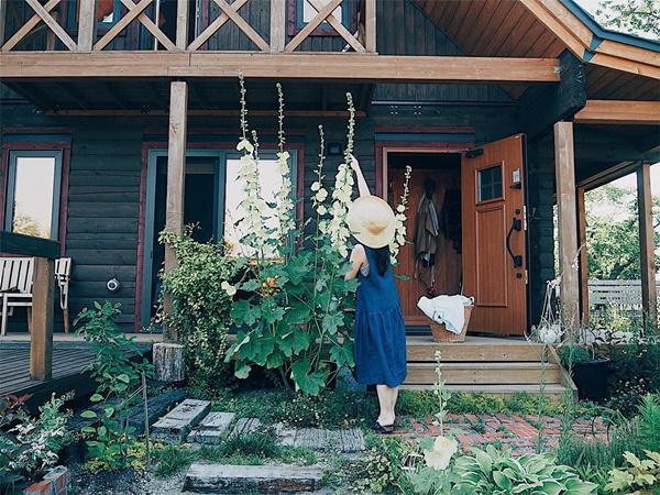 Bỏ phố về quê, gia đình 4 người hạnh phúc trong căn nhà gỗ đẹp như mơ ngay sát biển - 4