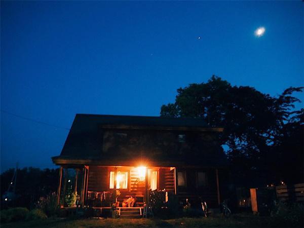 Bỏ phố về quê, gia đình 4 người hạnh phúc trong căn nhà gỗ đẹp như mơ ngay sát biển - 6