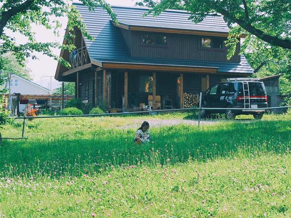 Bỏ phố về quê, gia đình 4 người hạnh phúc trong căn nhà gỗ đẹp như mơ ngay sát biển - 7