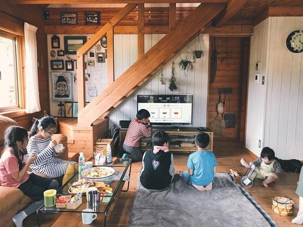 Bỏ phố về quê, gia đình 4 người hạnh phúc trong căn nhà gỗ đẹp như mơ ngay sát biển - 12