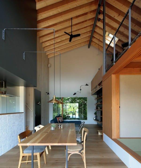 Không gian bên trong ngôi nhà diện tích 74 m2 được thiết kế theo hướng mở, không có vách ngăn giữa các phòng. Phòng ngủ đặc trưng kiểu Nhật với thiết kế cửa trượt được bố trí ngay cạnh đó.