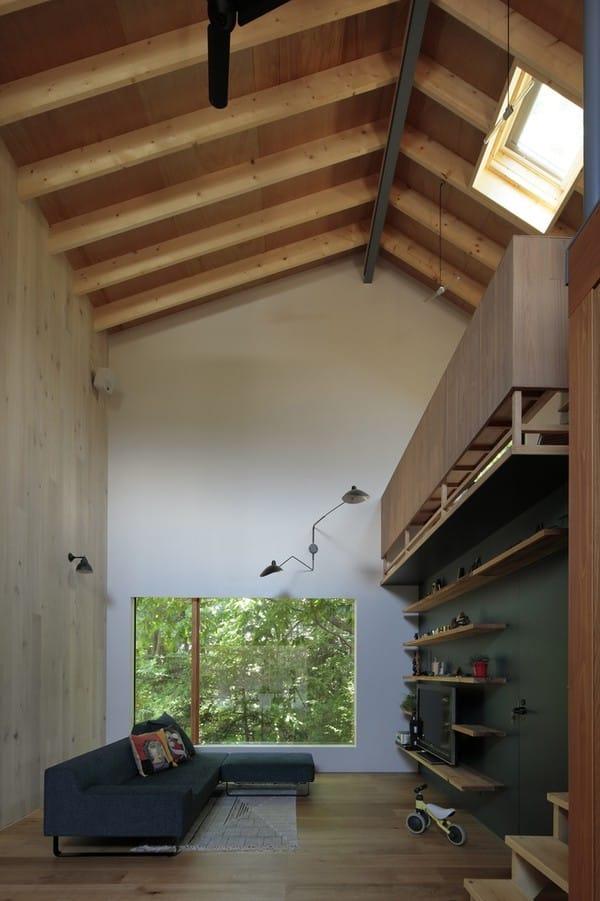 Khu vực ghế sofa, tivi được đặt phía trong cùng của nhà, nhưng lại kết nối được với bên ngoài nhờ cửa kính rất rộng.